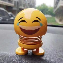 Sıcak Emoji Araba Dekorasyon ABS Komik Emoji Sallayarak Kafa Bebekler Otomobil Pano Dekorasyon Yaratıcı Gülen Sevimli Utangaç İfade Dekor Oyuncaklar nereden