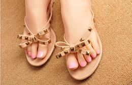 Arcos de sandália para mulheres on-line-NOVA MARCA Novo Verão Mulheres Flip Flops Chinelos Sandálias Flat Arco Rebite Flip-flops Moda Pvc Cristal Chinelos de Praia Sapatos