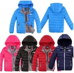 Pato abajo abrigos niños online-Diseñador de la marca Chaqueta de plumón para niños Abrigo acolchado de pato de invierno Niño Niñas Ropa de abrigo con capucha cálida Tops ligeros
