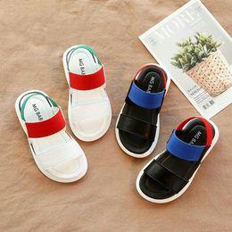 Sandalias negras bebé niñas online-Los niños sandalias de verano de playa casual Niños Niños Niñas Zapatos de las sandalias antideslizante inferior suave del bebé elástico de la sandalia blanca Negro