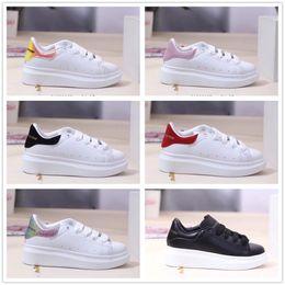 Vestido branco de luxo para crianças on-line-Alexander McQueen White Shoes meninos meninas Sapato Bela Plataforma Sapatilhas Casuais Crianças de luxo Sapatos de Designers de Couro Sólida Crianças Vestido Sapato Esportes 24