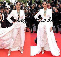 Cannes manga comprida on-line-Sonam Kapoor Em Ralph Russo Prom Jumpsuit Com Train 2020 V-neck Tapete Vermelho Branco manga comprida Cannes Outfit Evening Wear vestidos