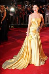 Vestido de baile de formatura sem costura de cristal on-line-2020 Yellow Vestidos Com o Crystal Belt Strapless Varrer Train Mermaid Prom Dress Ruffles Plus Size celebridade GownFormal Vestidos Ocasião