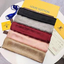 2019 Mulheres Lenço de grife lenço de seda LOGOTIPO Completo Carta de Moda lenços Cachecóis mulheres shawlsize 180x70 cm de Fornecedores de faixa facial