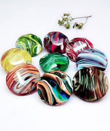 10pcs / lot Lampwork disegnata a mano di 27 millimetri gioielli multicolore Striscia di Murano tondo Fancy Stones Flat Top Pointback Pendant da laboratorio creato pietre preziose fornitori