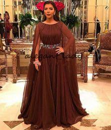 Ceintures formelles brunes en Ligne-Joyau cou brun mère des robes de mariée avec longue cape 2019 en mousseline de soie plissée ceinture en cristal mère du marié robe de cérémonie