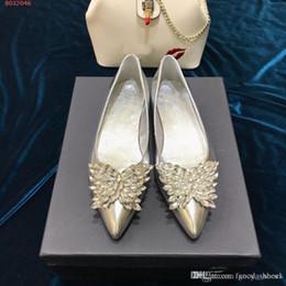 Moda düz kadın ayakkabı İlkbahar ve sonbahar yeni stil casual sivri Rhinestone kelebek Gümüş kaymaz aşınmaya dayanıklı alt supplier silver rhinestone flats nereden gümüş elmas taklaları tedarikçiler