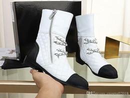 Botines negros cadenas cadenas online-Charm2019 Chains Boots White Black Womens Pop Hot Otoño Invierno Botines Envío Gratis