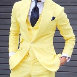 Желтые смокинги онлайн-Индивидуальный дизайн желтые мужские свадебные смокинги отличный жених смокинги для мужчин деловой ужин выпускного блейзер 3 шт (куртка + брюки + жилет)