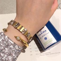 2019 diseños de brazaletes para niñas Hip Hop de las pulseras de las mujeres de la letra del Rhinestone Shinning retro Mujer brazaletes Night Club Personalidad Diseño niñas brazalete diseños de brazaletes para niñas baratos