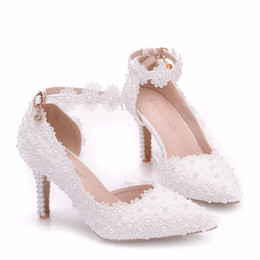 2020 Sapatos Lace Beads nupcial Pointed Toe Calçados casamento da forma Projetado saltos altos sapatos feitos sob encomenda de Fornecedores de marfim cetim nupcial sapatos strass