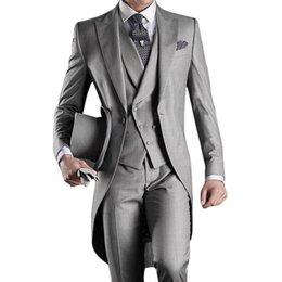 Estilos de esmoquin gris online-Gris 2019 Trajes de novio de esmoquin de bodas Padrinos de boda hechos a medida Best Man Peak Lapel Prom Party (Chaqueta + Pantalones + Chaleco) Estilo de la mañana Más tamaño