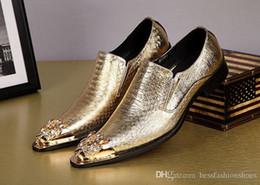 2019 zapatos al por mayor para la boda Los hombres Oxfords de cuero de patente de los hombres se deslizan en el dedo del pie puntiagudo zapatos de vestir de oro para hombre Zapatos de boda Oxfords fábrica al por mayor rebajas zapatos al por mayor para la boda