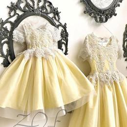 Gelbes juwel tüll kleid online-2019 schöne Mode gelbe Spitze Tüll Blumenmädchenkleider anpassen Jewel Erstkommunion Kleid Geburtstag Party Girls Pageant Prom Kleid
