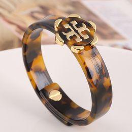 Логос онлайн-Новые Brands Роскошный браслет из леопардовой смолы с золотой буквой T Подвеска с тенамелом и логотипом для женщин Lock Designer Gemini Bracelet