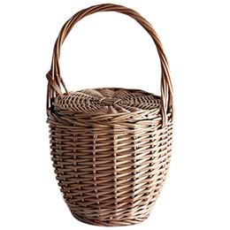 Bolso de paja pequeño online-Moda de verano nuevas mujeres playa cesta de paja bolso de mano cubierta de bolsa de mimbre hecho a mano pequeñas mujeres Bohemia Tote viajes embrague (frente