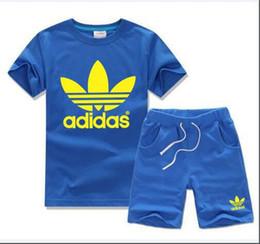 294da21ca27 Nuevo verano de manga corta camiseta de la marca de lujo de los niños + pantalones  cortos niño niña ropa traje bebé imprimir Ropa para niños ADIDAS 2-7yea