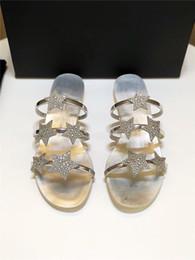 sandálias de verão femininas Desconto 2019 verão novo fundo plano G sandálias de strass feminino selvagem estrelas lantejoulas ouro e prata one-line chinelos de praia mulheres