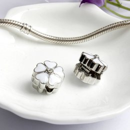 armbänder weiße blume Rabatt Rosa oder weiß lackiert blume clip legierung charme perle modeschmuck atemberaubenden europäischen stil fit für pandora armband armreif