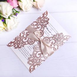 2019 projeto de cartões do casamento do noivo da noiva 2019 New Rose Gold Glitter Cartões Convites De Corte A Laser Com Fitas Bege Para O Casamento Nupcial Noivo de Aniversário Do Chuveiro de Formatura