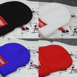 Gorritas tejidas blancas rojas online-Nueva llegada de punto Beanie Hat bordado etiqueta de la letra con puño de invierno Skully deporte al aire libre caliente superior Unisex negro blanco Red Hat