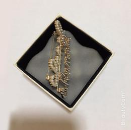 Deutschland Klassische Perle Brief Brosche Wasser Bohrer Brosche Luxus Brief Pin für Damen Kollektion Luxus Design Artikel Abzeichen Kleidung Pin Ornamente Versorgung