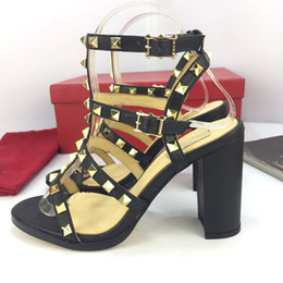 vestidos de látex de mujer Rebajas Diseñador de moda de lujo para mujer Zapatos de tacón Zapatos de vestir para mujer Zapatos de superestrella Correa de verano Remaches sandalias 9 cm Tendencia de moda clásica Representante