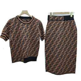 Дизайнеры юбок онлайн-Дизайнерские женские трикотажные футболки и юбки Марка FF из двух частей футболка + эластичная трикотажная юбка класса люкс Роскошный костюм из двух частей