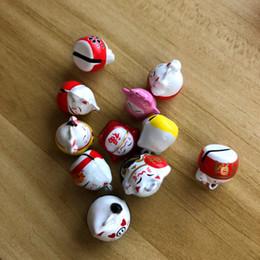 2019 glockenperlen 2 stücke omamori Maneki Katze DIY Handgemachte Perle Kupfer Glocke DIY schmuck Schlüsselanhänger Nette Charms 2 * 1,5 cm günstig glockenperlen