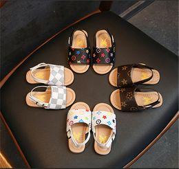 2019 primeras zapatillas Moda de verano sandalias para bebés niños niños PU zapatillas zapatos First Walker zapatos antideslizantes zapatos de playa al aire libre marca Floral impreso sandalia B6251 primeras zapatillas baratos
