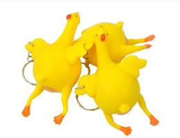 2019 Regalo di Pasqua Parodia Ingannevole Divertente Gadget Giocattoli Pollo intero uovo posa galline affollato stress palla portachiavi portachiavi regalo di soccorso da confezioni per animali domestici fornitori