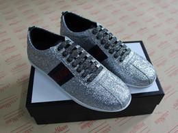 Top Quality Brilho Designer de Sapatos de prata Bordado Com A Web Para Mulheres Dos Homens ACE com tachas de couro Sapatilhas Designer Branco abelha Sapatos Casuais de