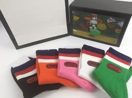2019 переливающийся шнурок Мода мужчины дизайнер носки голова тигра вышитые полосатый жаккард и унисекс хлопок спортивные носки 4 цвета четыре пары