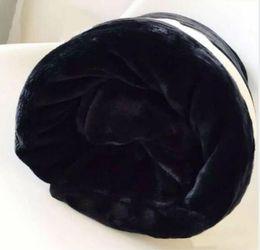 bolsa de regalo de franela Rebajas ¡Venta caliente! Nuevo 2019 Marca CC franela negro manta de lana / Textiles para el hogar de alta calidad Viaje manta con bolsa de polvo Regalos de boda VIP