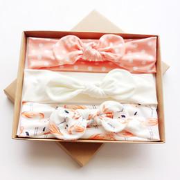Deutschland Neugeborenes Baby scherzt Mädchenstirnband Bogen-Knoten elastisches hairband der Geschenke 3pcs / set mit Kasten-Papppakethaarzusätzen supplier newborn baby gifts box Versorgung