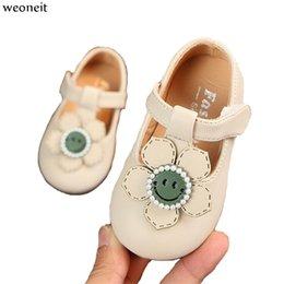 chaussures en gros de brevets pour bébés Promotion Weoneit Bébé Fille Chaussures Belle Fleur En Cuir 2 Couleurs Chaussures Anti-Slip Sneakers Doux Semelle Tout-petit pour la Fête De Mariage