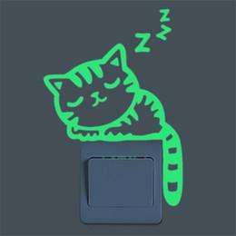 Оптово-милый творческий кот светящийся серебристый свечение в темноте переключатель стикер стены украшения дома от Поставщики оптовый материал наклейки