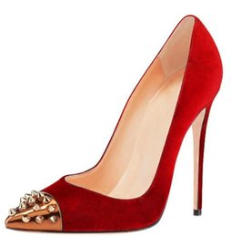 Zapatos de boda de gamuza roja sexy Novia punta estrecha Remaches de oro Tacones de aguja Bombas Zapatos de mujer Zapatillas sin cordones 12cm Zapatos para mujer desde fabricantes