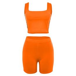 En stock Luz Rayas reflectantes Patchwork Fluorescencia Color Trajes de fitness Sin mangas Tops cortos con pantalones cortos Conjuntos de mujeres desde fabricantes