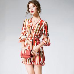 elegante gasa sin mangas de flores cortas Rebajas 100% Silk Jumpsuits Atractivo de mujer con cuello en V 3/4 Mangas abocinadas Impreso diseñador de moda Monos Mamelucos