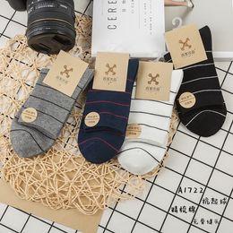 Calcetines sin costuras al por mayor online-Fabricantes al por mayor directo 18 otoño e invierno estilo simple cruz peinado algodón pilling resistencia sin hueso calcetines de los hombres sin costura