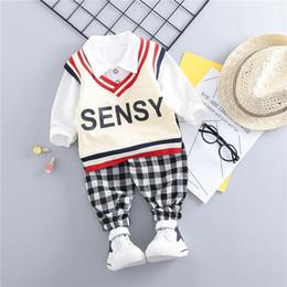 Chalecos de bebé de manga larga online-2019 niño de primavera traje de tres piezas uniforme de jardín de infantes, camisa de manga larga + chaleco + conjunto de pantalones a cuadros