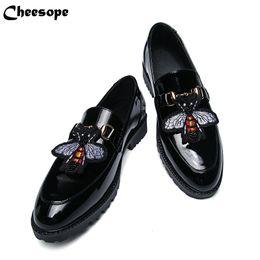 Sapatas de couro italianas da patente on-line-Sapatas de vestido de couro de patente de homens de fundo grosso Homens de moda de estilo italiano de luxo sapatos formais Homens de tendência de sapatos de couro de padrão de abelha