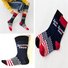 2020 diseños de calcetines de tripulación Trump 2020 Hip Street Medias Calcetines las mujeres del diseño de moda los calcetines de rayas Estrellas Crew Sock media pantorrilla cortos Deportes Hop Calcetines Streetwear A52211 diseños de calcetines de tripulación baratos