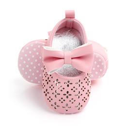 Белые сандалии для младенцев онлайн-Joyo Roy лето весна девочка сад обувь бантом искусственная кожа Нескользящая обувь 0-1T детские сандалии розовый белый DTS70