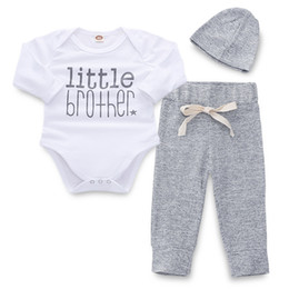 Miúdos, cinza, paleto on-line-Bebê recém-nascido Alfabeto Terno Crianças Roupas de Grife Crianças Traje Do Bebê Branco Top Cinza Calças de Malha Chapéu de Malha 19