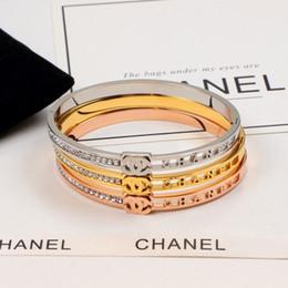 Lettre Creuse Bracelets pour les Femmes De La Mode De Mariage De Mariée Bracelet Avec Strass Style Classique Titane Sport Accs ? partir de fabricateur
