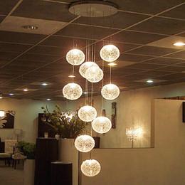 Luces colgantes redondas online-Moderno Gran escalera larga Bola redonda Lustres Candelabros 10 luces Sala de estar Cristal Globle Lámparas colgantes Luminaria Luminaria