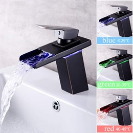 Miscelatore nero per bagno online-LED Waterfall Bathroom Sink Faucet Sensore di temperatura Idroelettrico Single Handle Washroom Bacino Miscelatore Black Tap