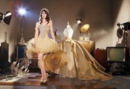 Canada 2019 Elegant Gold Applique Robe De Bal Robe De Bal Avec Amovible Train Chérie Quinceanera Robes Doux 16 Fête D'anniversaire De Porter Des Vêtements cheap sweetheart gold satin dress Offre